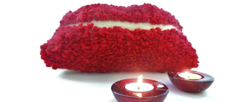 Cojín artesanal colección Fueguitos en lana merina roja y blanca