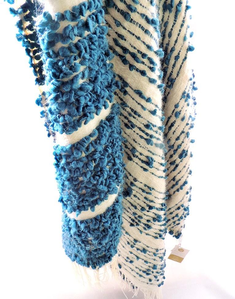 Manta artesanal colección Fueguitos en lana merina azul y blanca