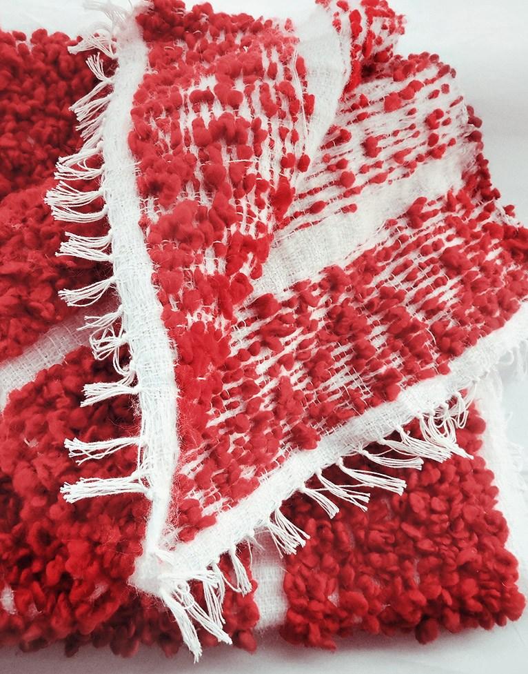 Manta artesanal colección Fueguitos en lana merina roja y blanca