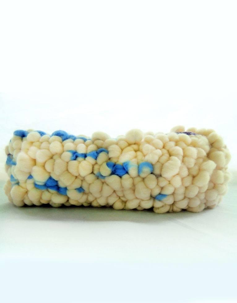 Detalle de tapiz de alta suavidad y calidez, en color azul y blanco, realizado en lana merina