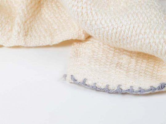 Detalle de la manta de cuna D-leite, en el color natural de las fibras