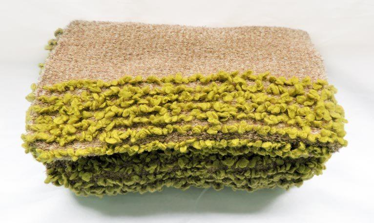 Manta artesanal colección Fueguitos en lana merina verde y marrón