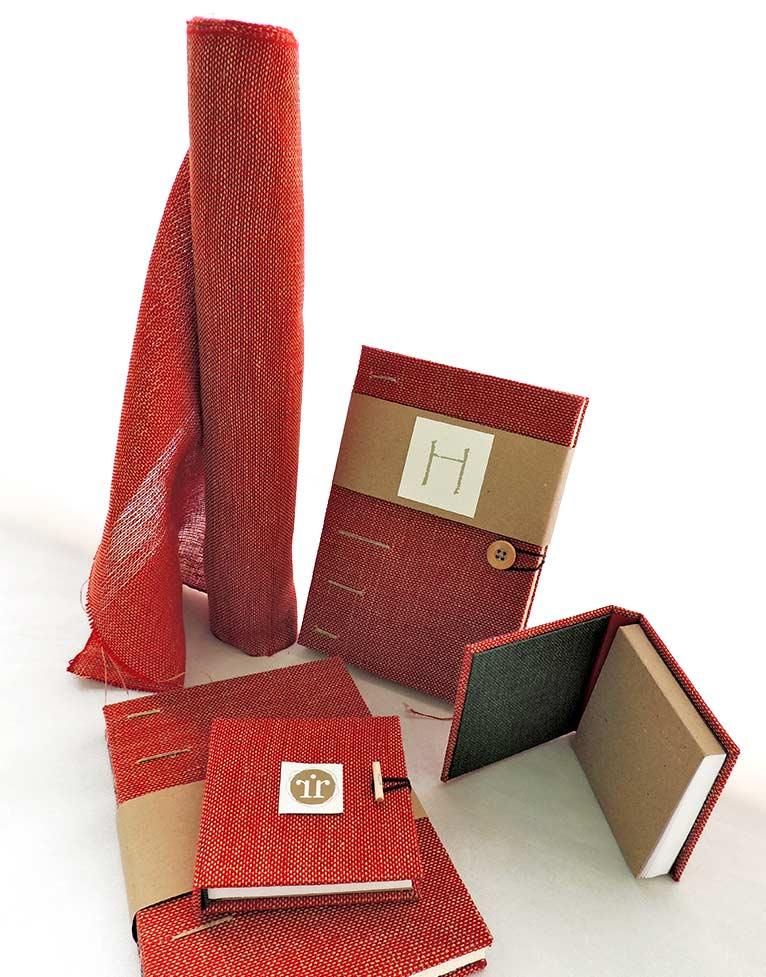 Colección de cuadernos con encuadernación artesanal y cubiertas tejidas a mano en lino