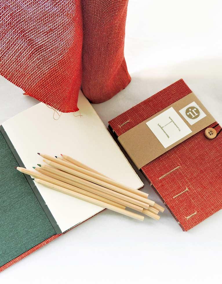 Cuaderno de dibujo con cubierta tejida a mano en lino, con lápices de colores color madera
