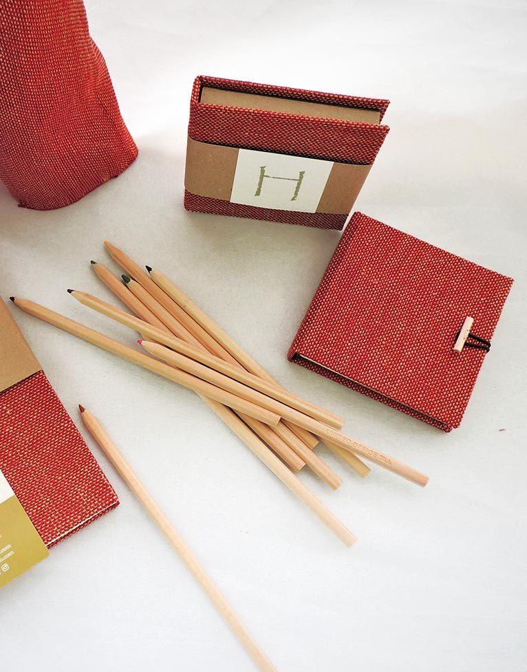 Cuaderno de dibujo y cuaderno de notas con encuadernación copta (método artesanal) y cubiertas tejidas a mano en lino, con lápices de colores color madera