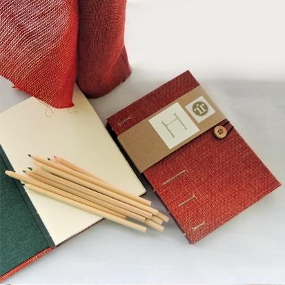 Cuaderno de dibujo con encuadernación copta (método artesanal) y cubiertas tejidas a mano en lino